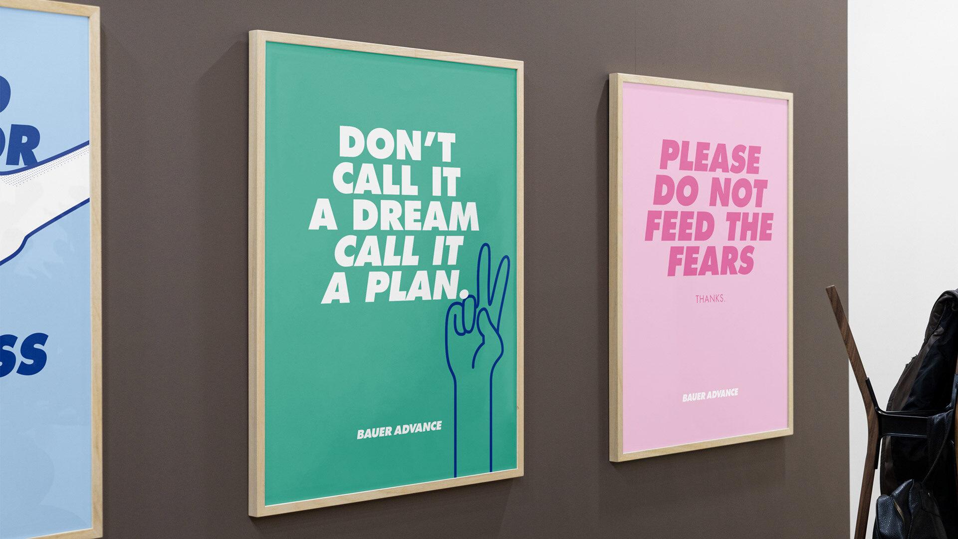 """Drei Poster in Bilderrahmen an einer Wand mit dem Text """"Don't call it a dream cal it a plan"""" auf grünem Papier und einer Handillustration"""