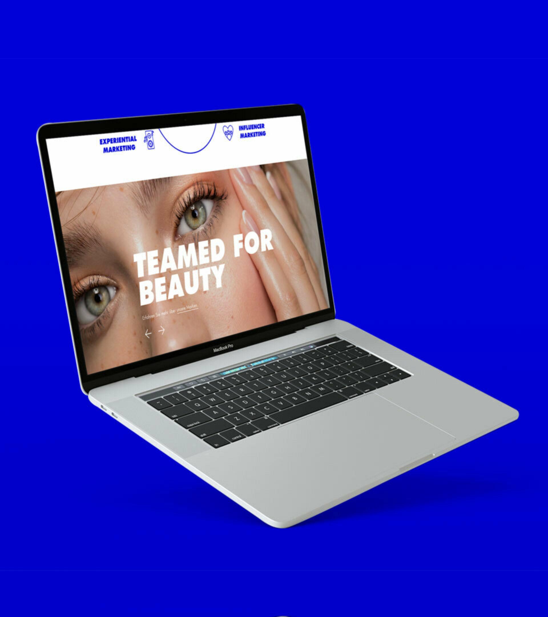 Aufgeklappter Laptoptop auf blauem HIntergrund mit der Website von Bauer Advance und einem Beauty-Bild