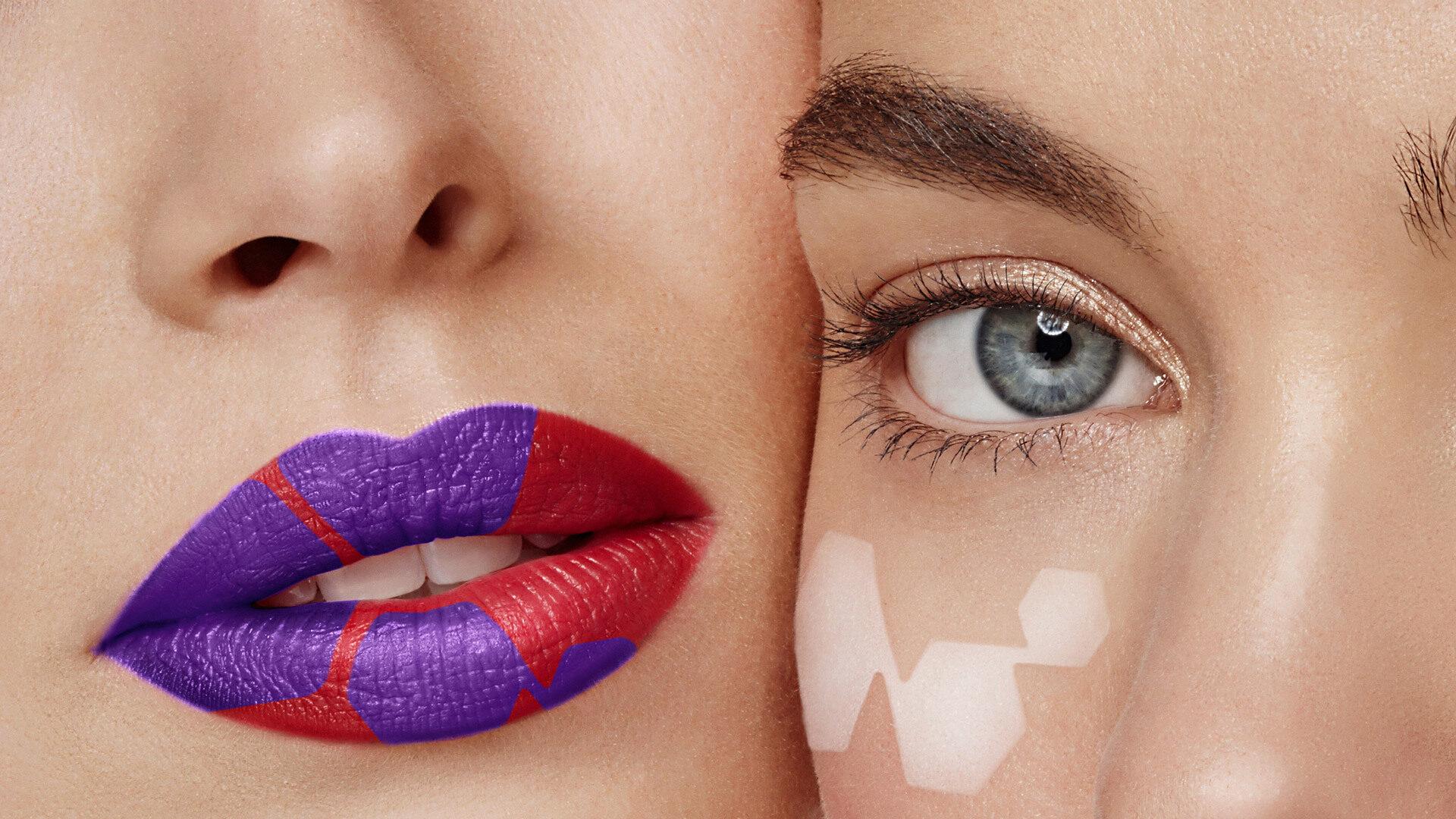Nahaufnahme von zwei Frauen mit einer rot-violett geschminkten Lippe und einem Auge mit weiß geschminkter Zelle