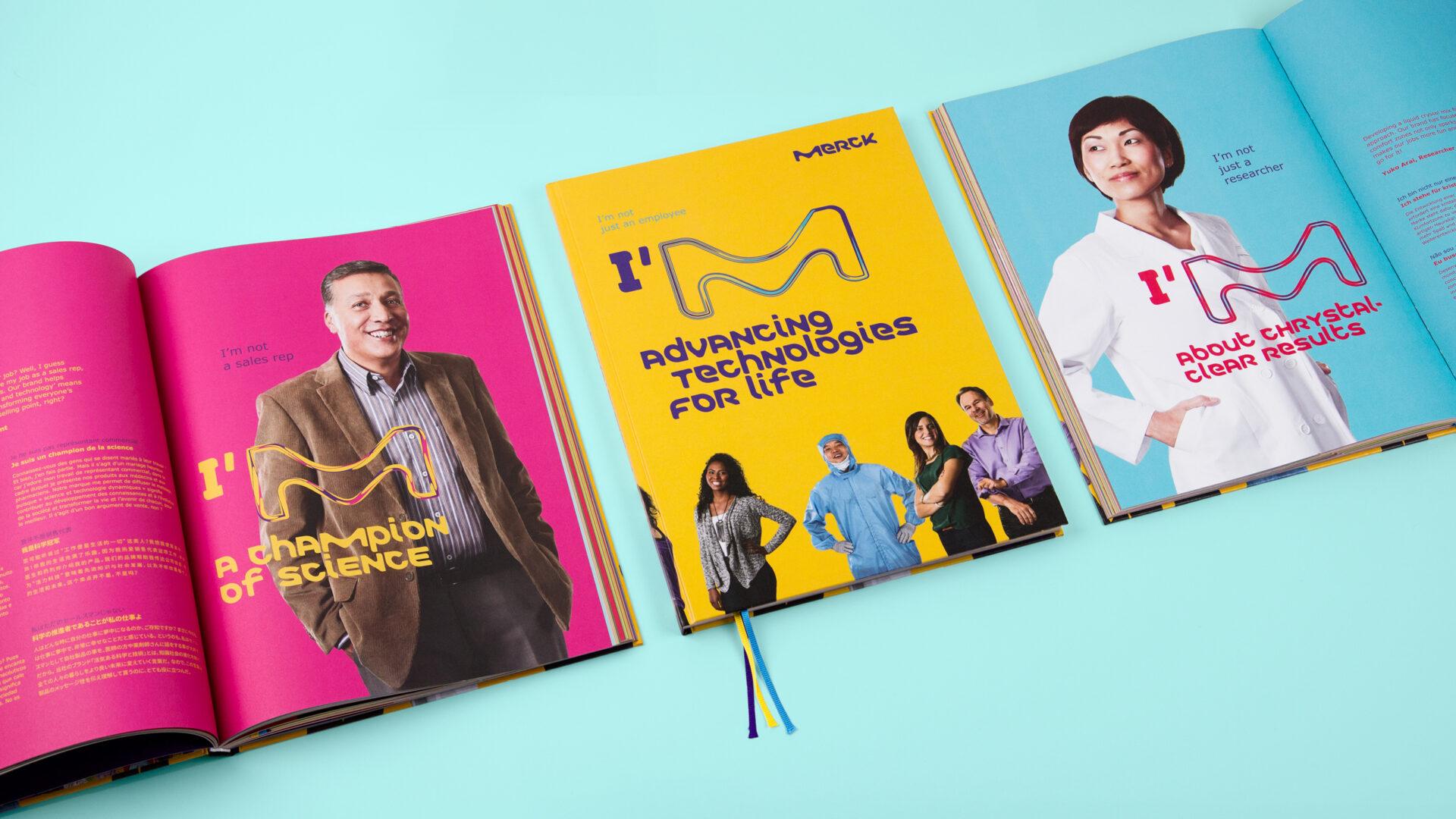 Gelber Buchtitel mit farbigen Lesebändchen und zwei Doppelseite mit Portraits