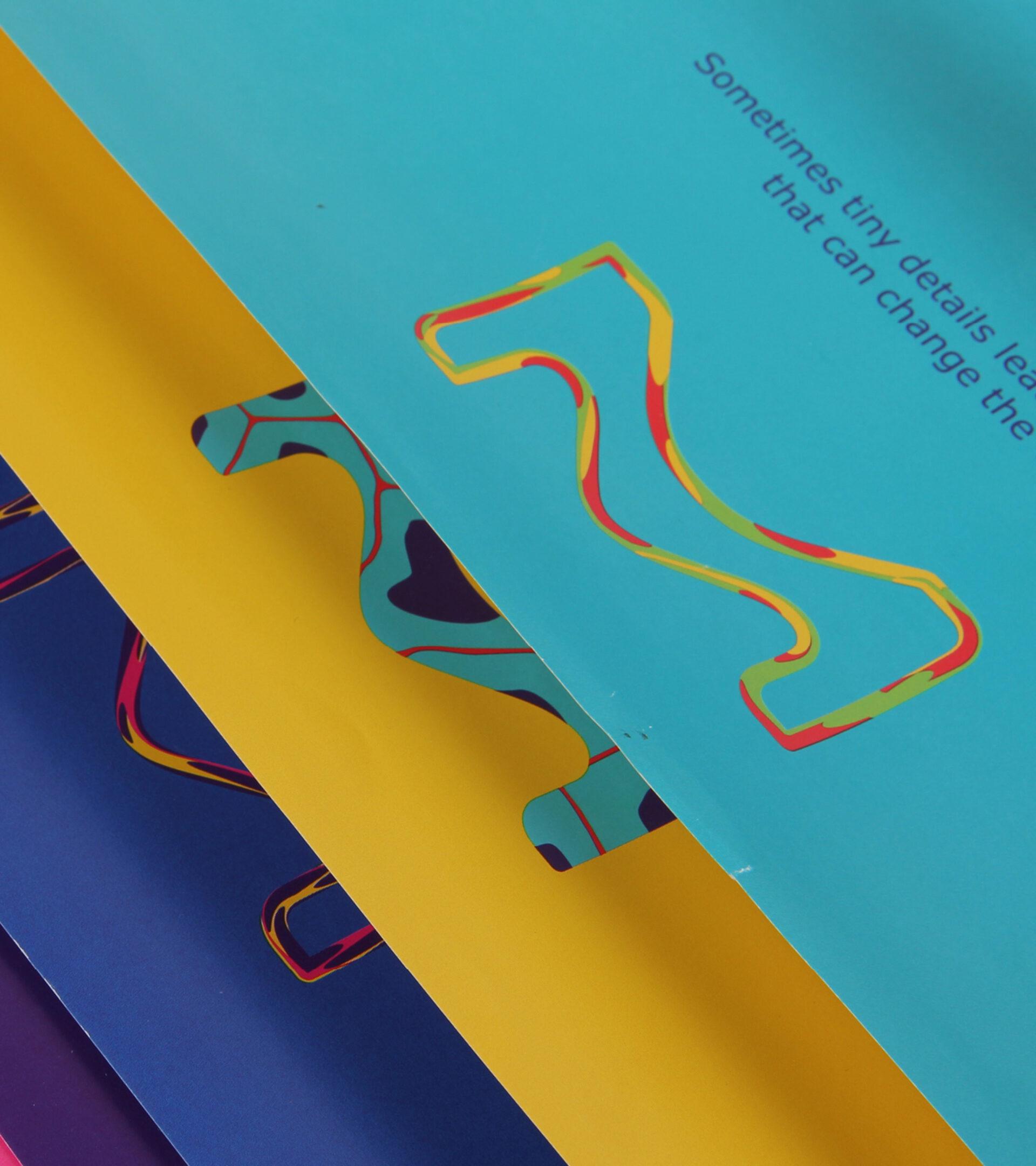 Detailansicht eines hellblauen, gelben, violetten und magentafarbenen Posters mit einem bunten Merck M