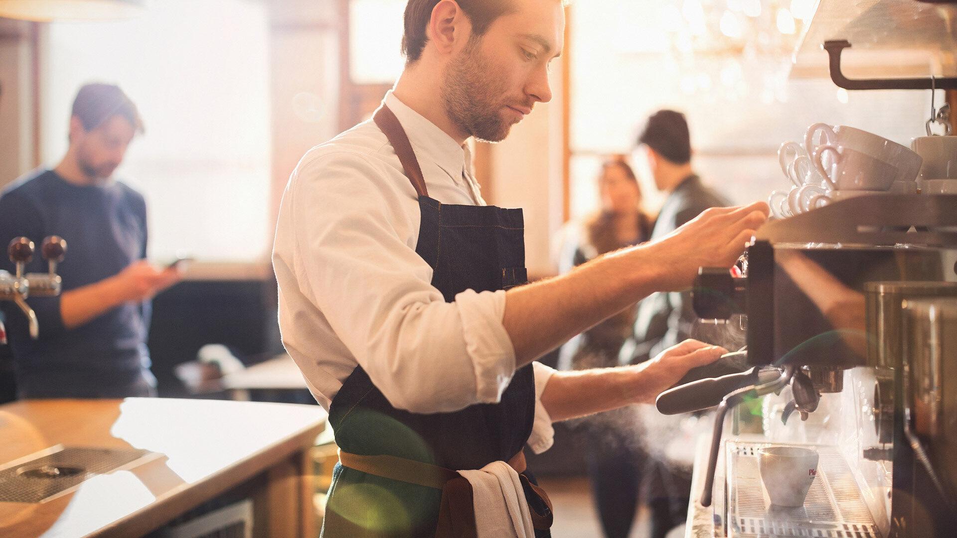 Barista bereitet einen Piacetto Espresso zu