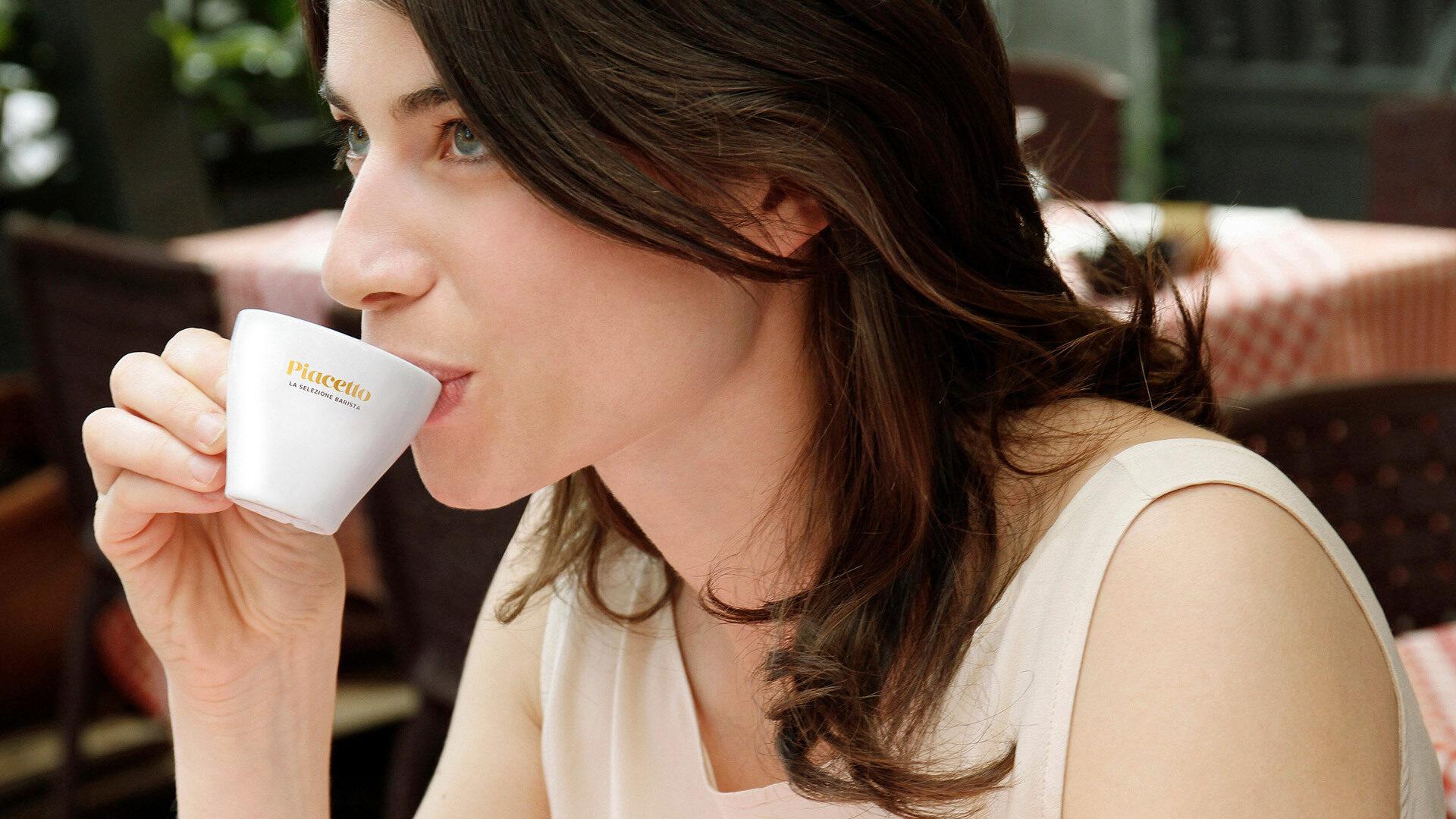 Frau trinkt Espresso Piacetto